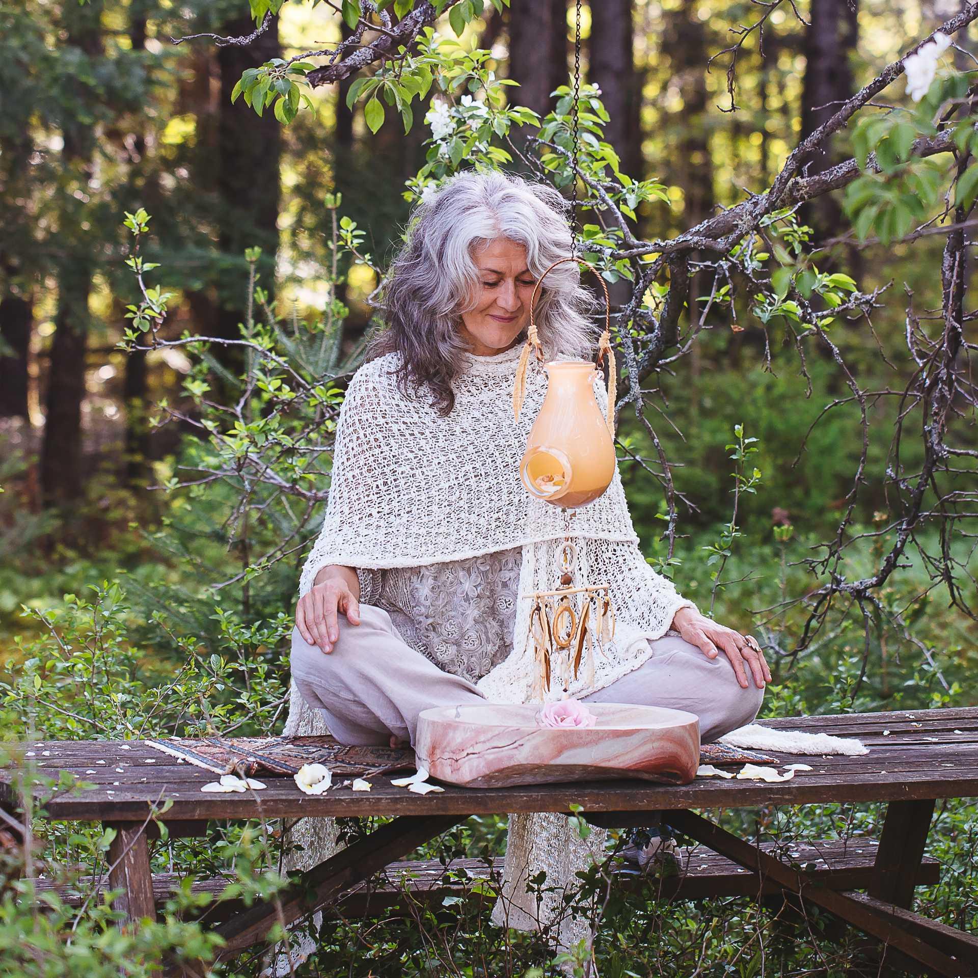Astrancia - Isabelle Chalut médite avec une lanterne